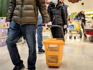 Coronavirus, 300 euro a famiglia per il buono spesa: a chi a