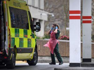 """Nel Regno Unito torna l'ipotesi immunità di gregge: """"Contagi"""