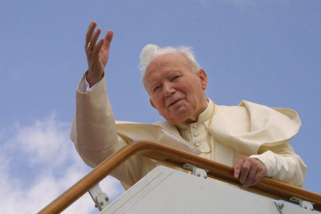 """Giovanni Paolo II moriva 15 anni fa, papa Francesco: """"Affidi"""