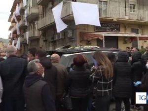 Troppe persone al funerale di Lorena Quaranta: La Procura ap