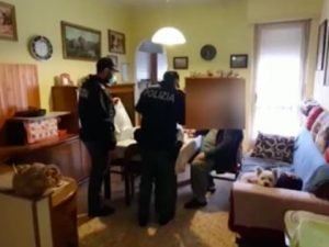 Torino, anziano in quarantena non ha soldi per la spesa: la