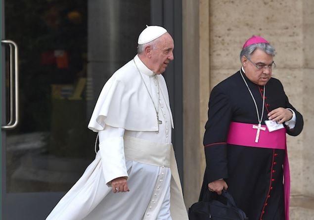 """Seimila euro in vestiti: il """"dono"""" del Comune di Monteroni di Lecce al cardinale Semeraro"""