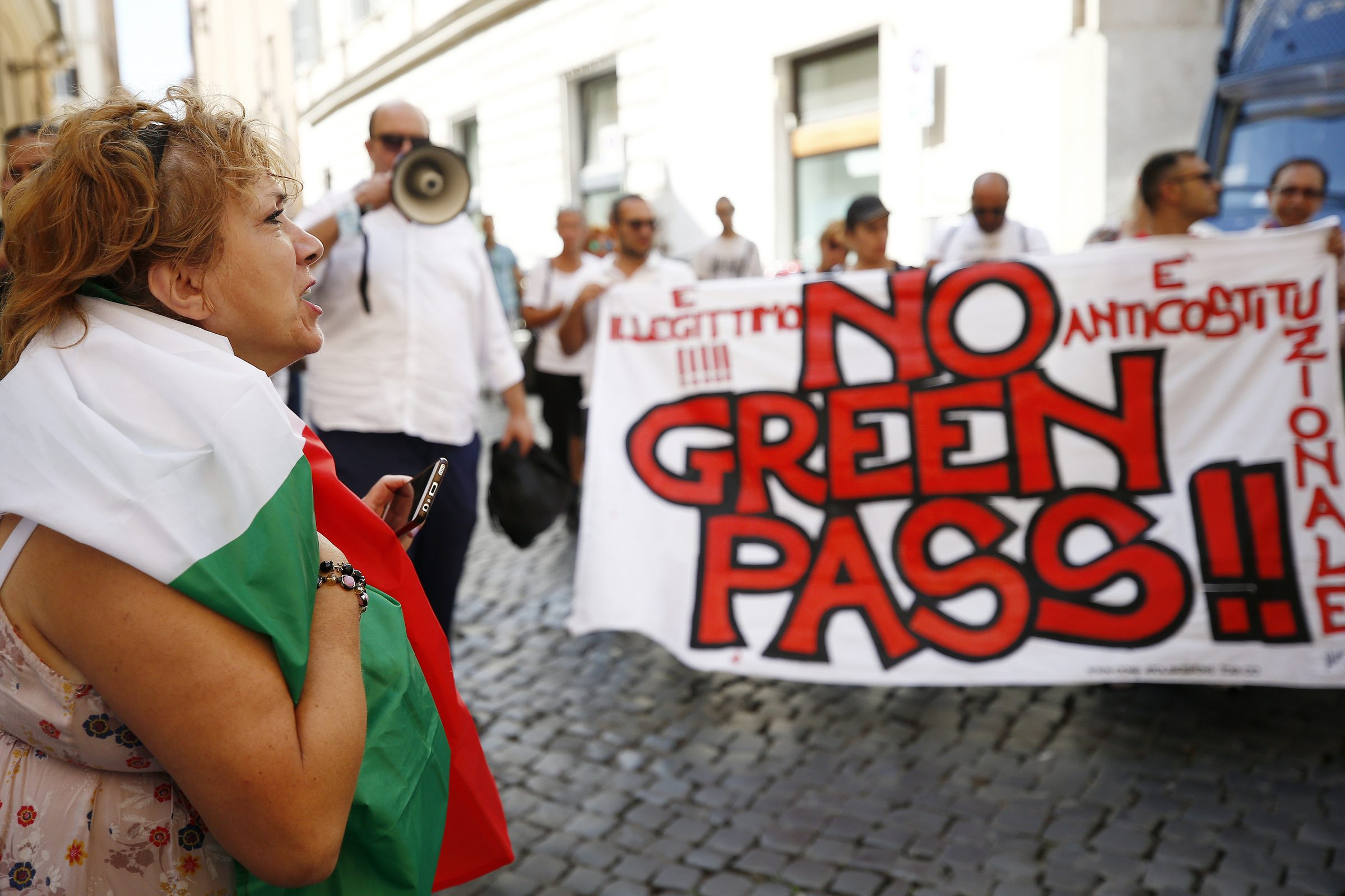 Green pass, Italia a rischio blocco: scioperi portuali e autotrasportatori, il Viminale teme scontri