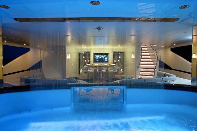 Cascate artificiali sugli yacht di lusso: ecco perché i milionari le vogliono
