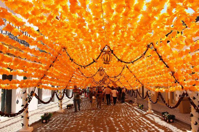 Portogallo: ecco la strada coperta da 1000 fiori di carta fatti a mano