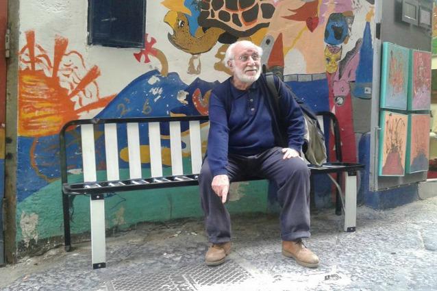 Napoli, i letti abbandonati diventano panchine per la città