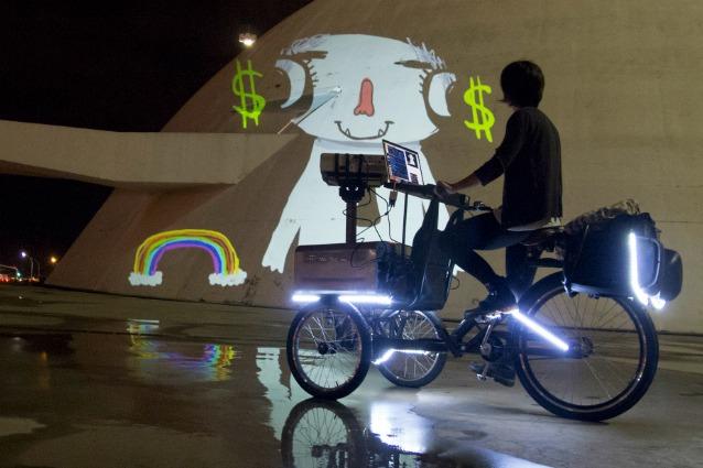 Suaveciclo: il primo triciclo che proietta film animati per le strade delle città