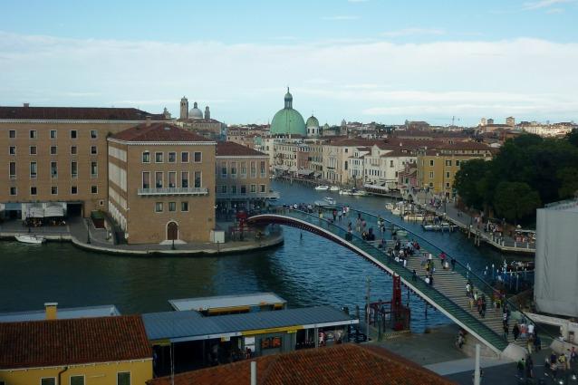 Venezia gli infiniti disagi del ponte di santiago calatrava for Gradini del ponte curvi