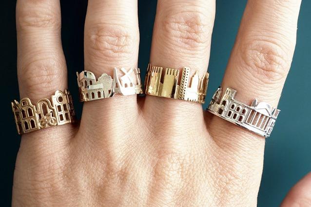 Il mondo in una mano: ecco gli anelli con lo skyline delle città