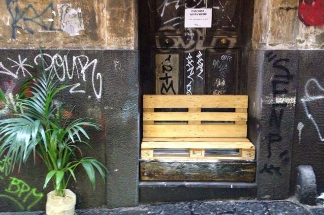Shopping in città: a Napoli arriva la prima panchina per mariti annoiati