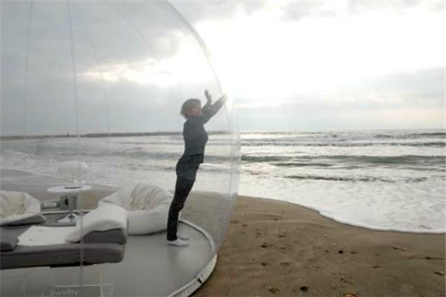Dormire sotto le stelle: ecco la prima tenda trasparente per vacanze indimenticabili