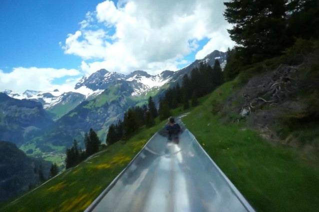 Attraversa le Alpi svizzere: ecco lo scivolo più entusiasmante che abbiate mai visto