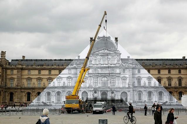 Come far sparire la Piramide del Louvre: ecco l'ultimo lavoro di JR