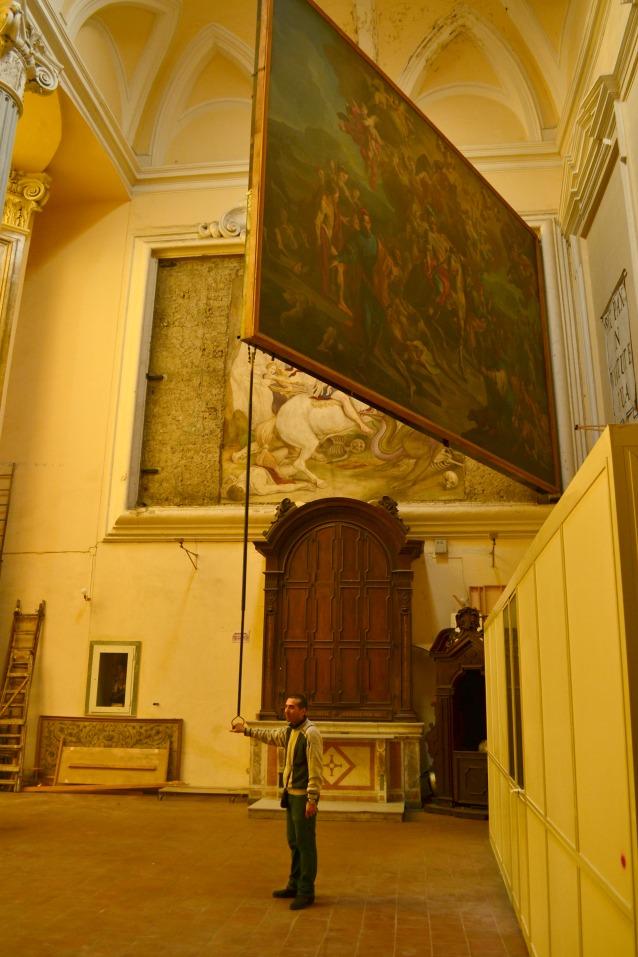 """L'affresco di """"San Giorgio che uccide il dragone"""" nascosto dietro il quadro nella Chiesa di San Giorgio Maggiore a Napoli."""