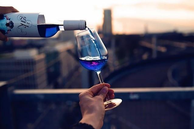Non bianco, rosso né rosé: il vino è blu