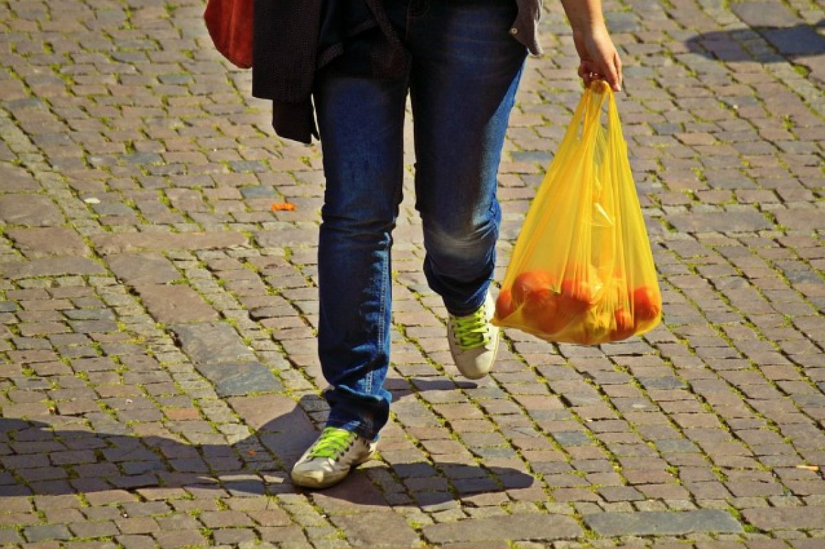 Come riciclare le buste della spesa  11 modi per riutilizzare i sacchetti di  plastica d0ac35681c7