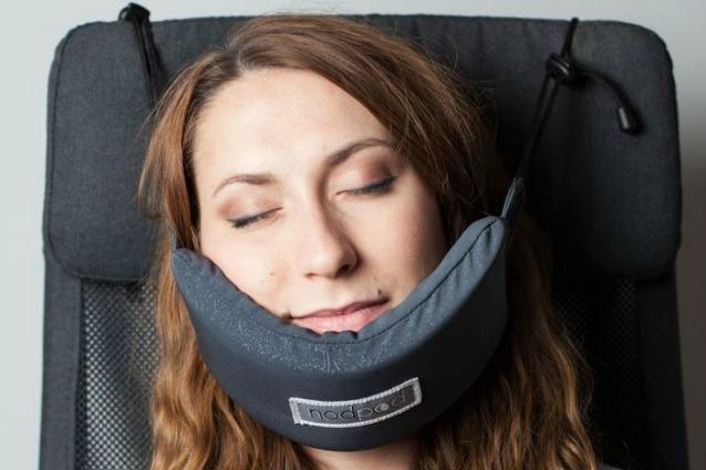 dormire ovunque nodpod il primo vero poggiatesta da viaggio. Black Bedroom Furniture Sets. Home Design Ideas