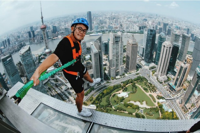 A 340 metri da terra senza ringhiera: ecco la passerella di vetro più alta del mondo
