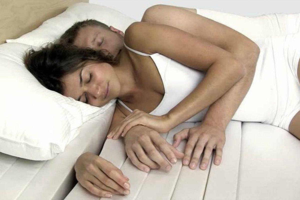 Abbracciati Nel Letto.Cuddle Mattress Il Primo Materasso Che Aiuta A Farsi Le Coccole