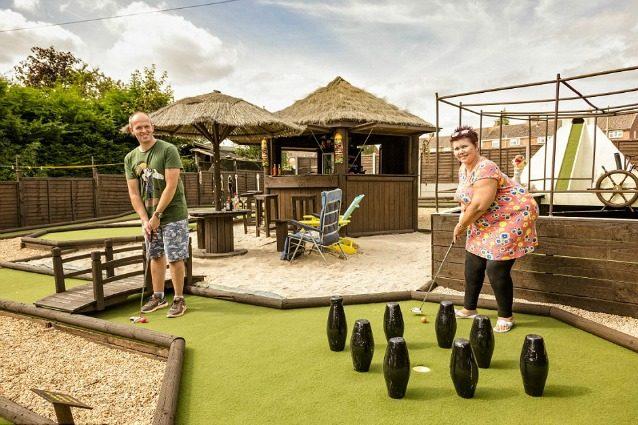 Trasformano il giardino di casa in un campo di minigolf: il risultato è incredibile