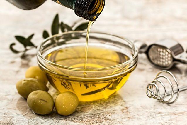 Ecco come fare l'olio d'oliva in casa: arriva il mini frantoio domestico