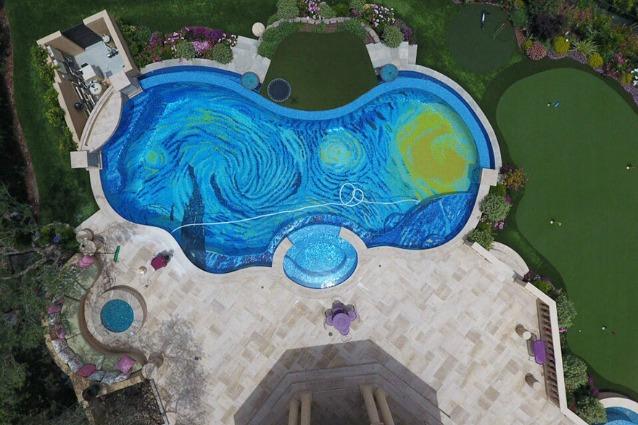 """Questa piscina dall'alto sembra la """"Notte Stellata"""" di Van Gogh"""