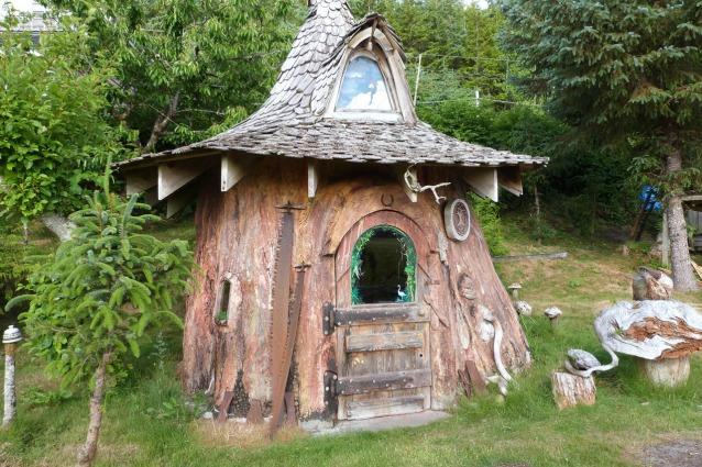 Case Di Tronchi Di Legno : Vivere in un albero: ecco le mini case ricavate nei tronchi giganti