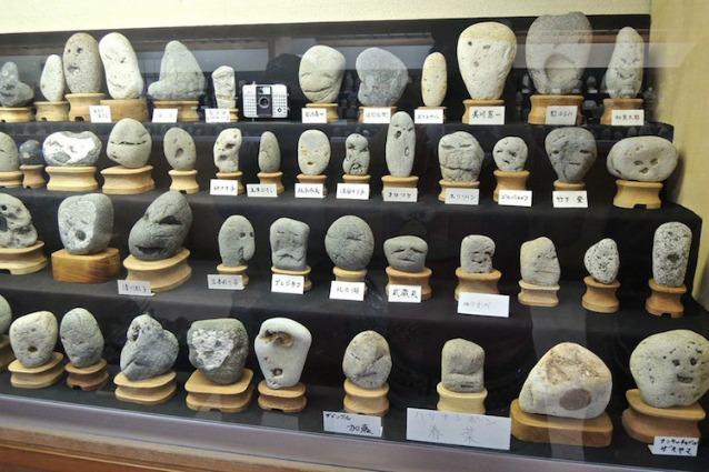 Chinsekikan: il museo del Giappone che colleziona rocce con volti umani