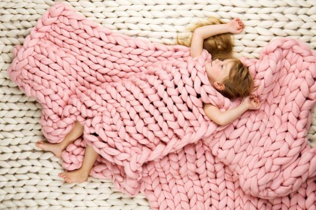 Non servono ferri ecco come fare una coperta con le mani for Idee di design di coperta