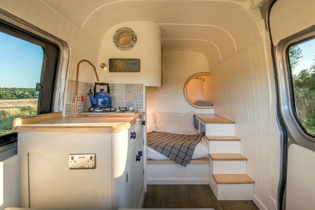Idee Per Interni Roulotte : Comprano una vecchia roulotte e la trasformano in una casa per