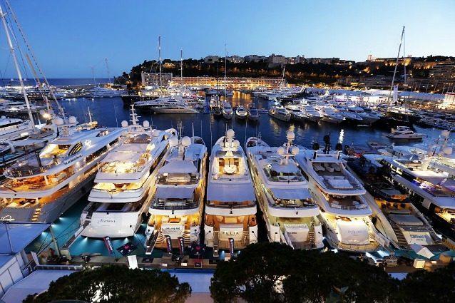 Un club galleggiante per soli miliardari ecco il pi for Un mezzo galleggiante