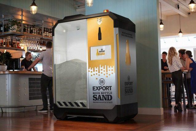 Questa macchina trasforma le bottiglie vuote di birra in sabbia in 5 secondi