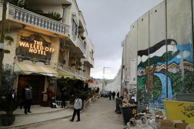 """Betlemme, """"The Walled Off Hotel"""": l'albergo di Banksy ha la peggior vista del mondo"""