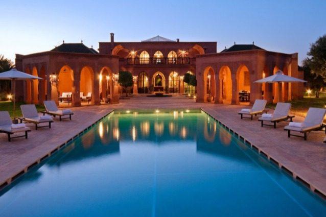 Il lavoro dei sogni: 10.000 dollari al mese per girare il mondo e vivere in case di lusso