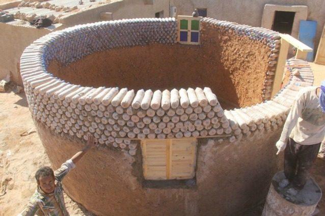 Case Di Mattoni Di Fango : 25 case costruite con bottiglie di plastica: limpresa del rifugiato