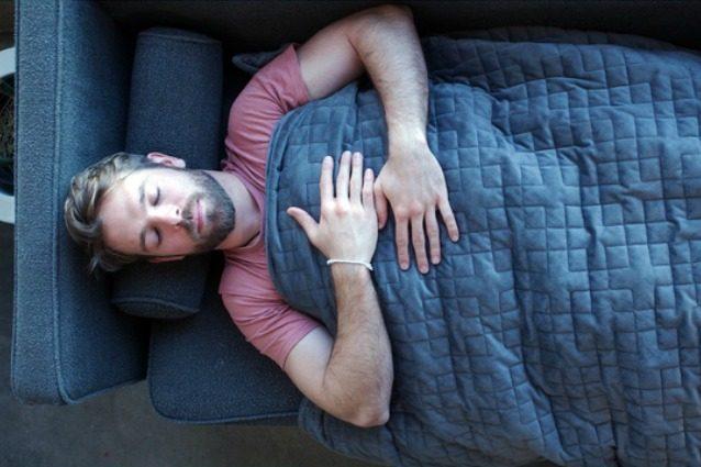 Gravity: la coperta che pesa 11 kg per aiutare i più ansiosi a dormire