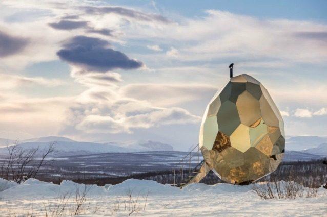 Solar Egg: la sauna a forma di enorme uovo d'oro che riscalda la Svezia