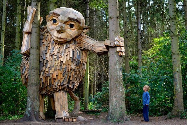 Thomas Dambo, l'artista che nasconde giganti di legno nelle città