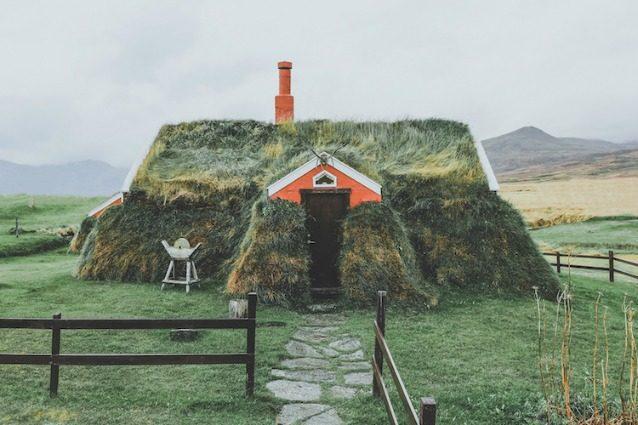 Turf house: le tipiche case islandesi che sembrano emergere dal terreno