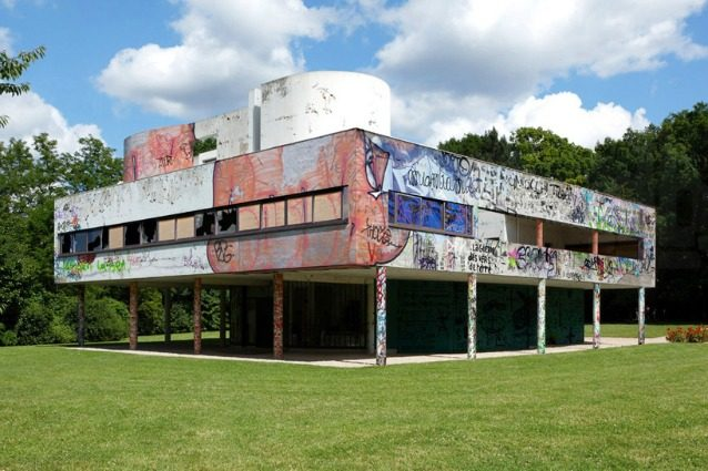 Villa Savoye di Le Corbusier vandalizzata: la creazione di Xavier Delory