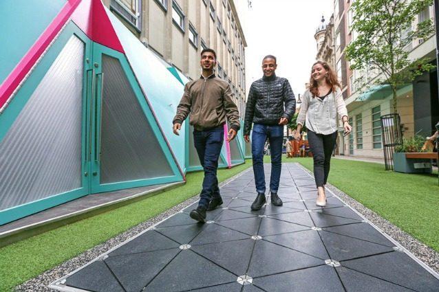 Londra, i marciapiedi diventano passerelle che trasformano i passi in elettricità