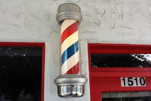 Ecco perché il palo del barbiere è rosso, bianco e blu
