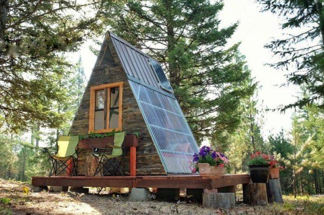 Una coppia costruisce casa con meno di 600 euro in tre settimane: due cuori e una capanna