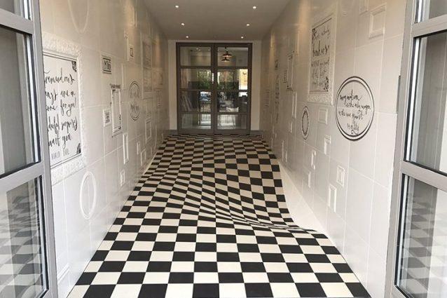 Un pavimento ipnotico: la geniale soluzione per il corridoio di un