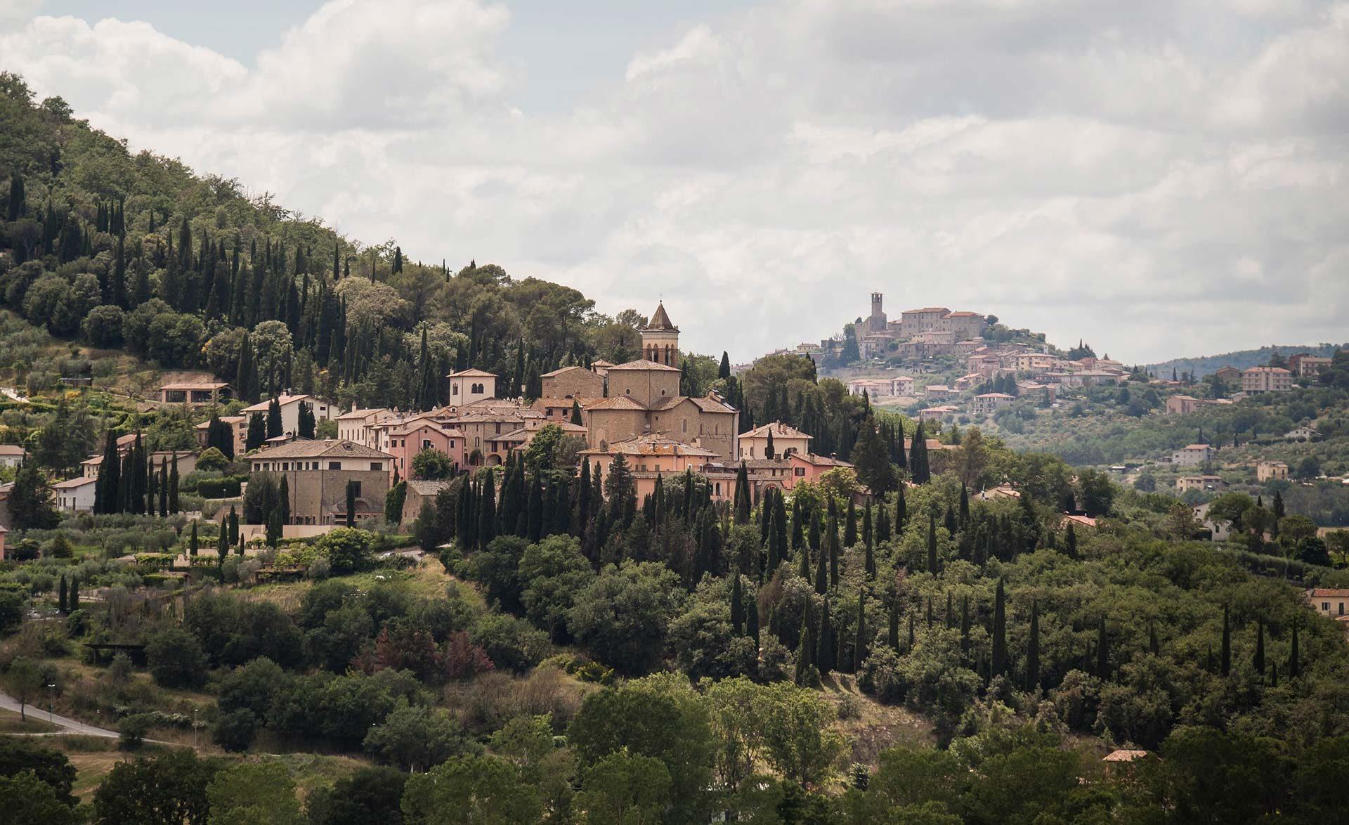 Solomeo il borgo di brunello cucinelli il re del for Dove ha sede il parlamento italiano