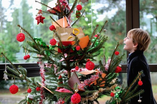 Come usare oggetti di scarto per creare decorazioni natalizie foto - Creare decorazioni natalizie ...