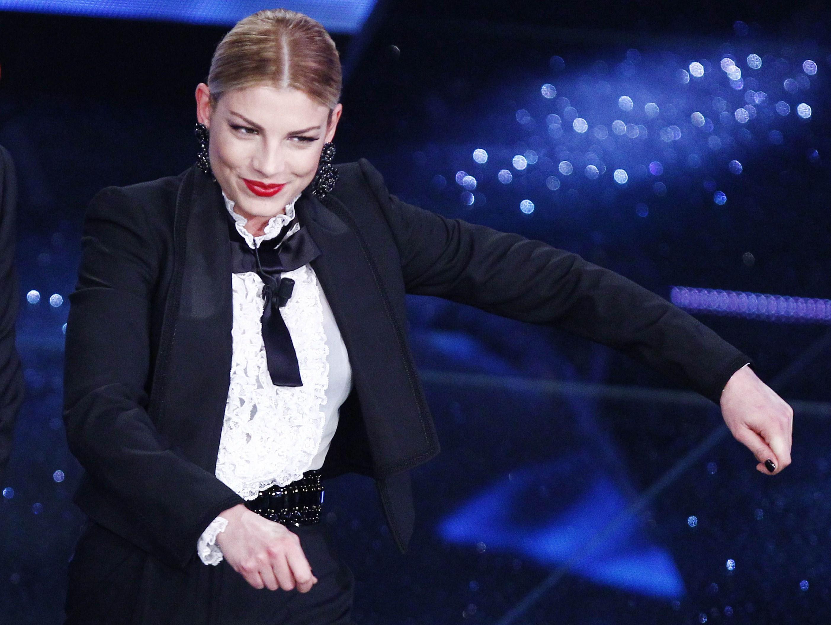 Sanremo 2015  Emma si trasforma in torero sul palco dell Ariston (FOTO) 591dbe4c87a
