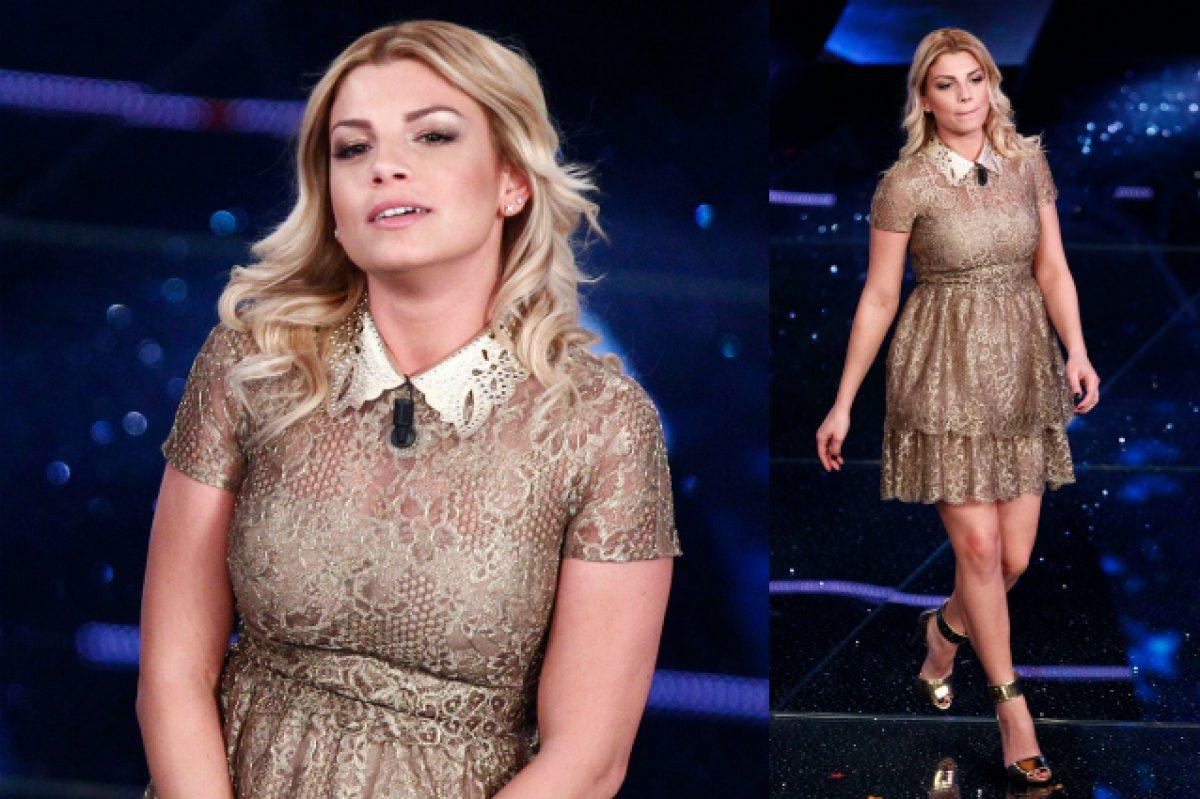 346a93ef7fd3 Sanremo 2015: Emma e il vestito oro che crea scalpore (FOTO)