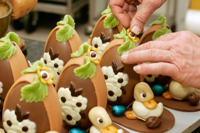 Uova di pasqua al cioccolato come prepararle in casa foto - Idee per decorare uova di pasqua ...