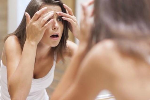 Brufoli e macchie bianche sulle unghie: ecco i sintomi dello stress